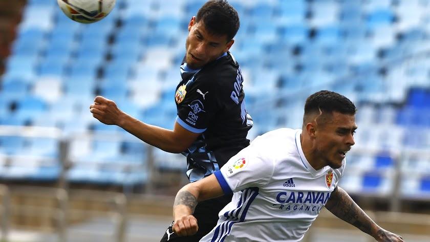 Robertone en una jugada del Zaragoza-Almería con Juanjo Narváez.