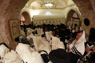 Foto: Orthodox men pray at Rachel's Tomb on the annual day honoring the matriarch,on November 08 2011. The tomb is the traditional gravesite of the Biblical Matriarch Rachel and is considered the third holiest site in Judaism. It is located in the central West Bank, near Bethlehem.Photo by Uri Lenz/FLASH90