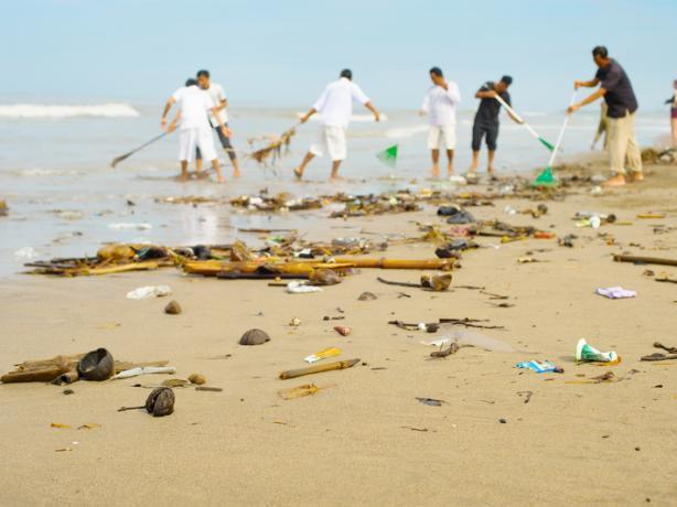 kegiatan bersih pantai oleh Gapura Bali