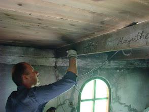 Photo: Sten Tiedemann skriver sin autograf på hanebjælen