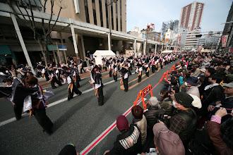 Photo: 2013年に行われた「第13回 浜松 がんこ祭」の写真です。がんこ祭は楽器の街浜松ならではの全国でも唯一「楽器を持って踊ること」のルールの元に、全国から約4500人の参加者と観客10万人が集まる毎年三月に行われるお祭りです。 ■鍛治町 情熱&鰻々会場  「浜松 がんこ祭 公式ホームページ」 http://www.ganko-matsuri.com/  2014年は3月15日(土)16日(日)と二日間開催されます。100を越えるチームが優勝を目指し、元気溢れる踊りを披露し、16日の浜松中心街において表彰される最優秀チームの栄誉を目指して競い合います。  ※photo 「zeki」 http://zeki72.exblog.jp/  direct 「株式会社マツヤマデザイン」http://www.md-f.jp/