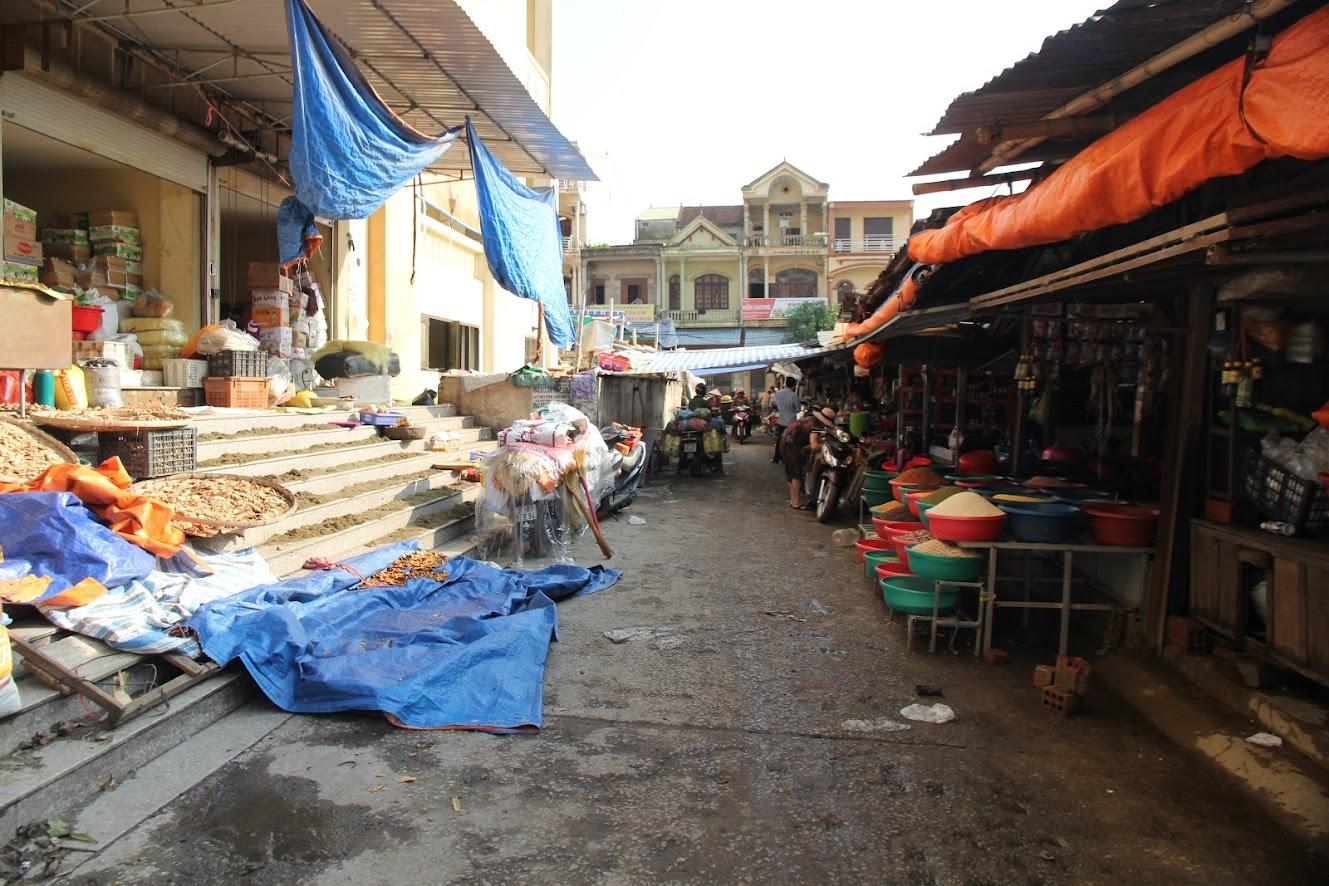 Nắng lên, nước rút, cuộc sống buôn bán của các tiểu thương chợ Vinh đã bắt đầu ổn định trở lại. (ảnh: Xuân Bắc)