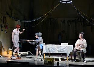 Photo: Wien/ Akademietheater: DIE PRÄSIDENTINNEN von Werner Schwab. Inszenierung David Bösch. Stefanie Dvorak, Regina Fritsch, Barbara Petritsch. Copyright: Barbara Zeininger