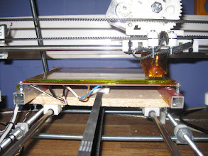 Photo: the glass plate at place, in place by kapton-tape, and the extruder at it´s calibration-point.