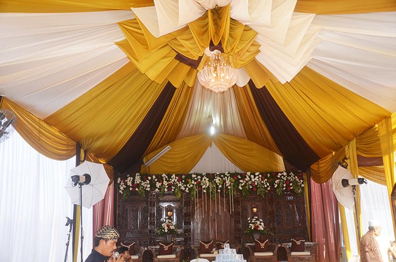 Dekorasi Pelaminan gebyog jawa dengan tenda dekorasi sentris