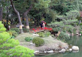 Photo: Punainen silta puistossa (punaisia siltoja näimme sittemmin enemmänkin, myös isoina moottoritiesiltoina Osakassa)