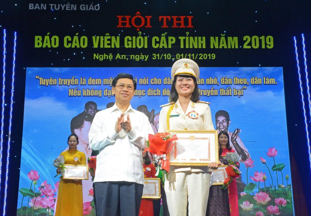 Đồng chí Nguyễn Xuân Sơn, Phó Bí thư Thường trực Tỉnh ủy, Chủ tịch HĐND tỉnh trao giải Nhất cho báo cáo viên Trần Thị Thanh Huyền
