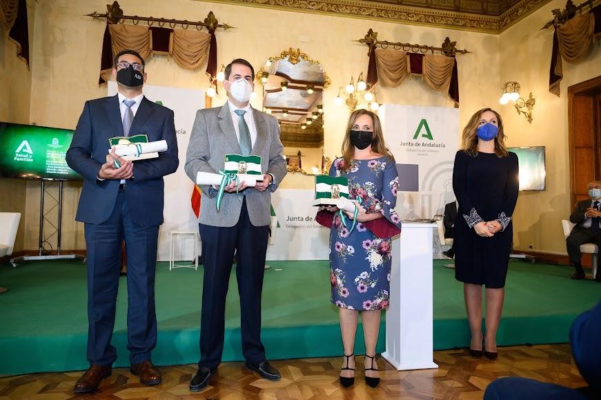 Representantes de los tres distritos sanitarios recogiendo la bandera de Andalucía