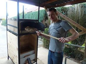 Photo: De eerste keer dat de pizza oven gebruikt wordt en direct een groot succes. Wie weet word ik wel professioneel pizza bakker!:)