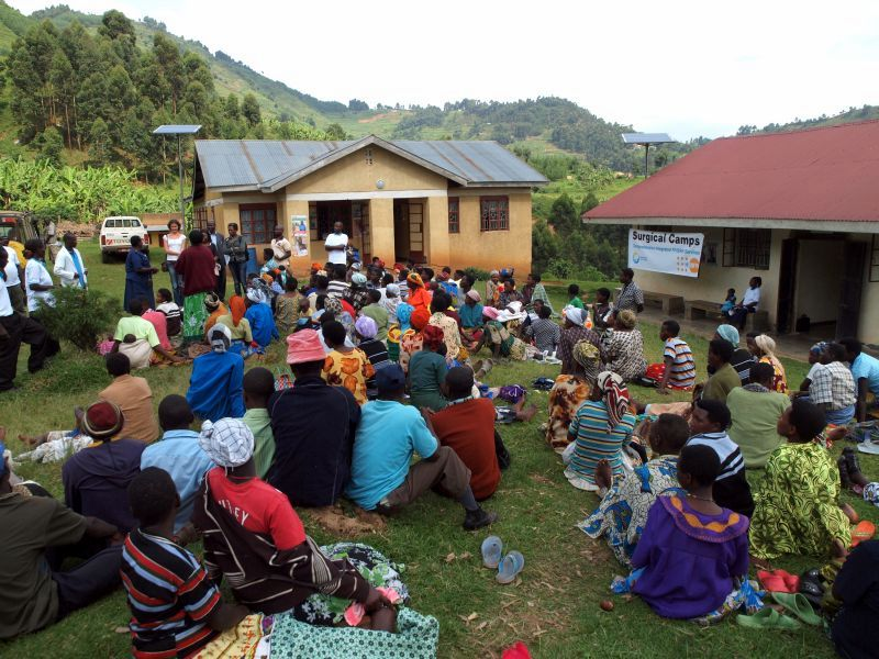 Photo: Women and men at the village of Kinaaba, also in the Kanungu District, waiting for testing and conselling at the Kinaaba Health Center II.