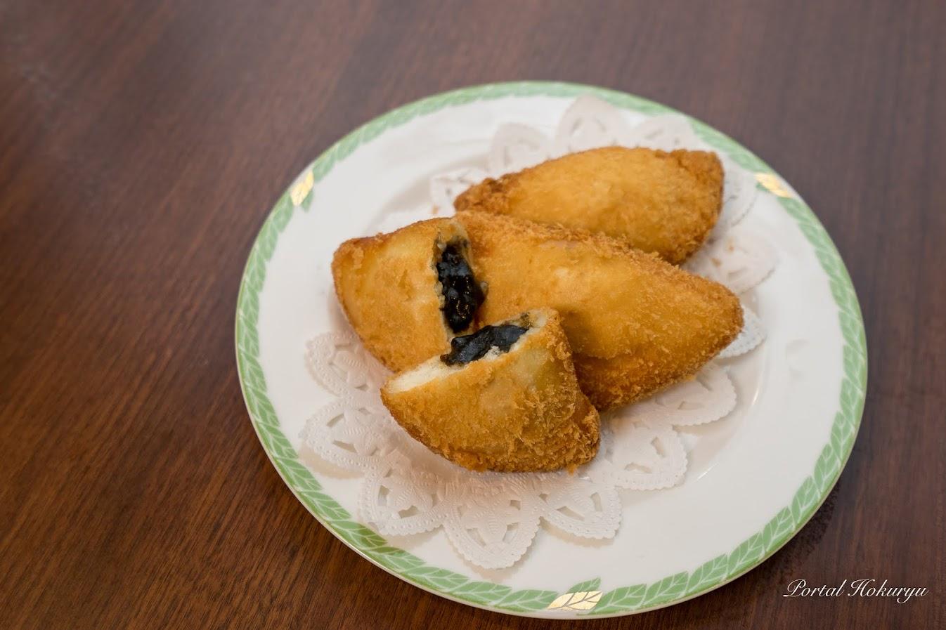 黒カレーのカレーパン