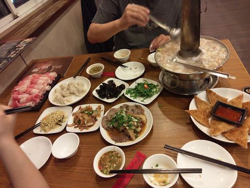 餐點好吃😋平價! 很喜歡他們家的酸菜白肉鍋,酸菜夠味,湯好喝! 適合全家朋友聚會的好地方!