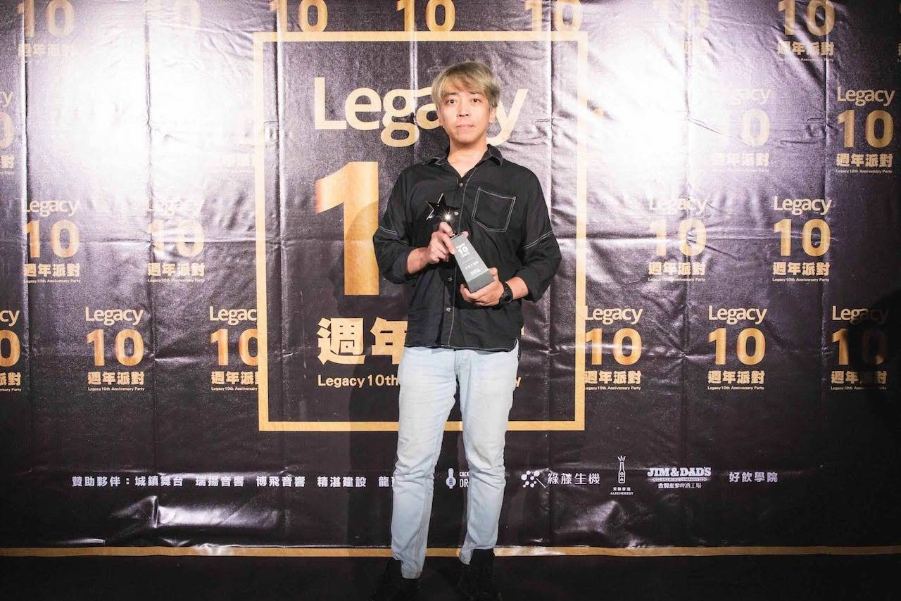 Legacy 「十全十美」奬得主-1976,由主唱阿凱代表出席領獎