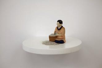 Photo: Situación 2014 Figurín con polvo plateado brilloso sobre estante redondo de madera blanca. 14,5 x 31 x 28 cm