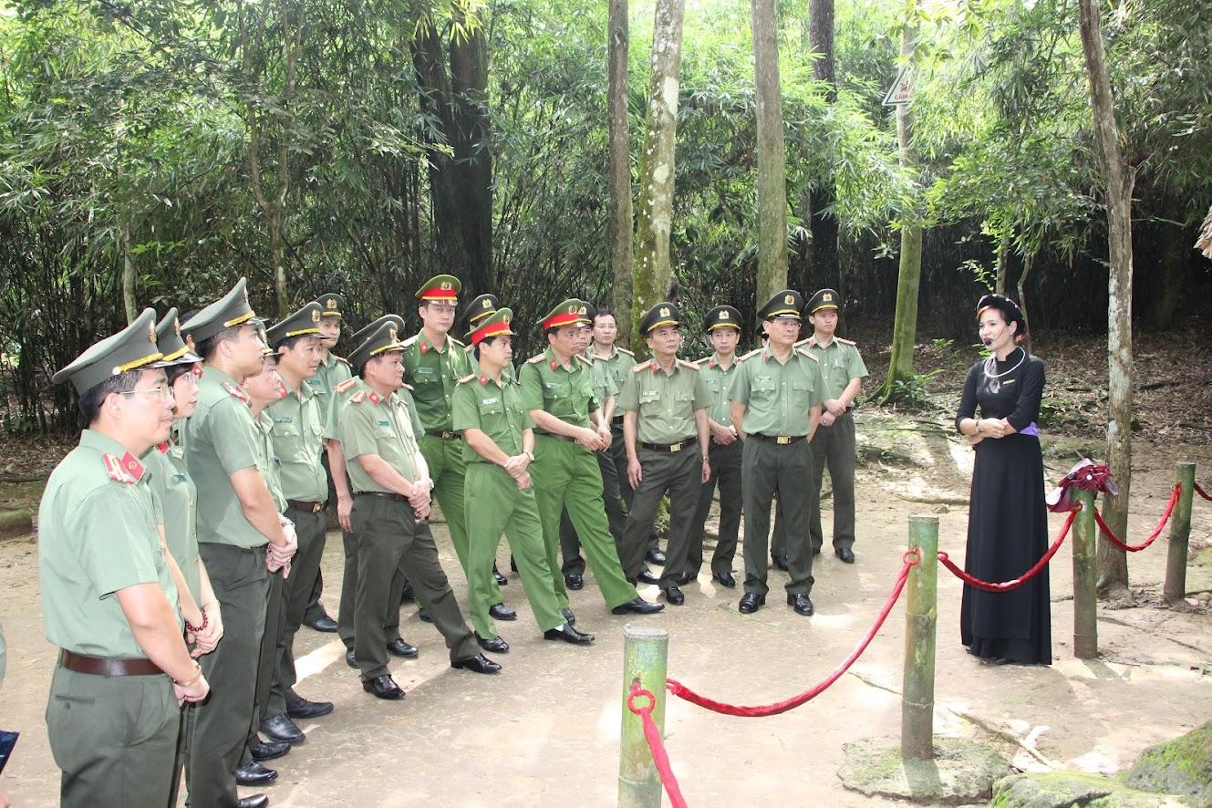 Đoàn đai biểu Công an tỉnh Nghệ An thăm Lán Nà Nưa, nơi Bác Hồ làm việc trong những ngày tiền khởi nghĩa Tháng 8/1945