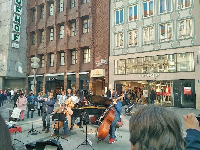 マリエン広場 で音楽を奏でる人々