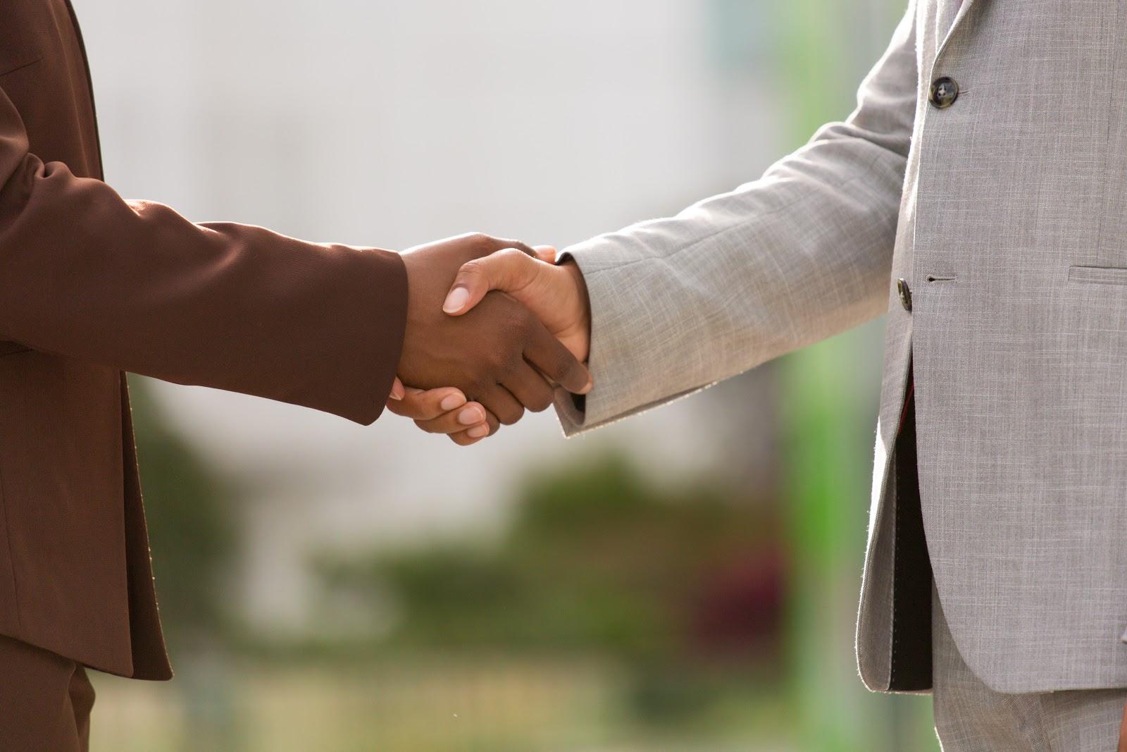 Aperto de mãos fechando negócio de tudo sobre retenção de clientes