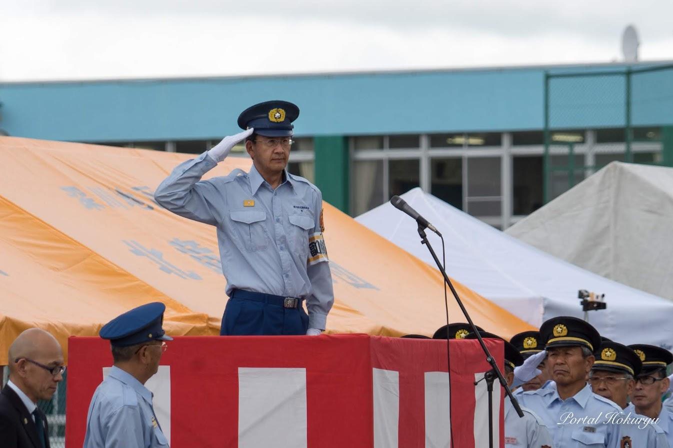 消防長に敬礼:深川地区消防組合・野弘道 消防長