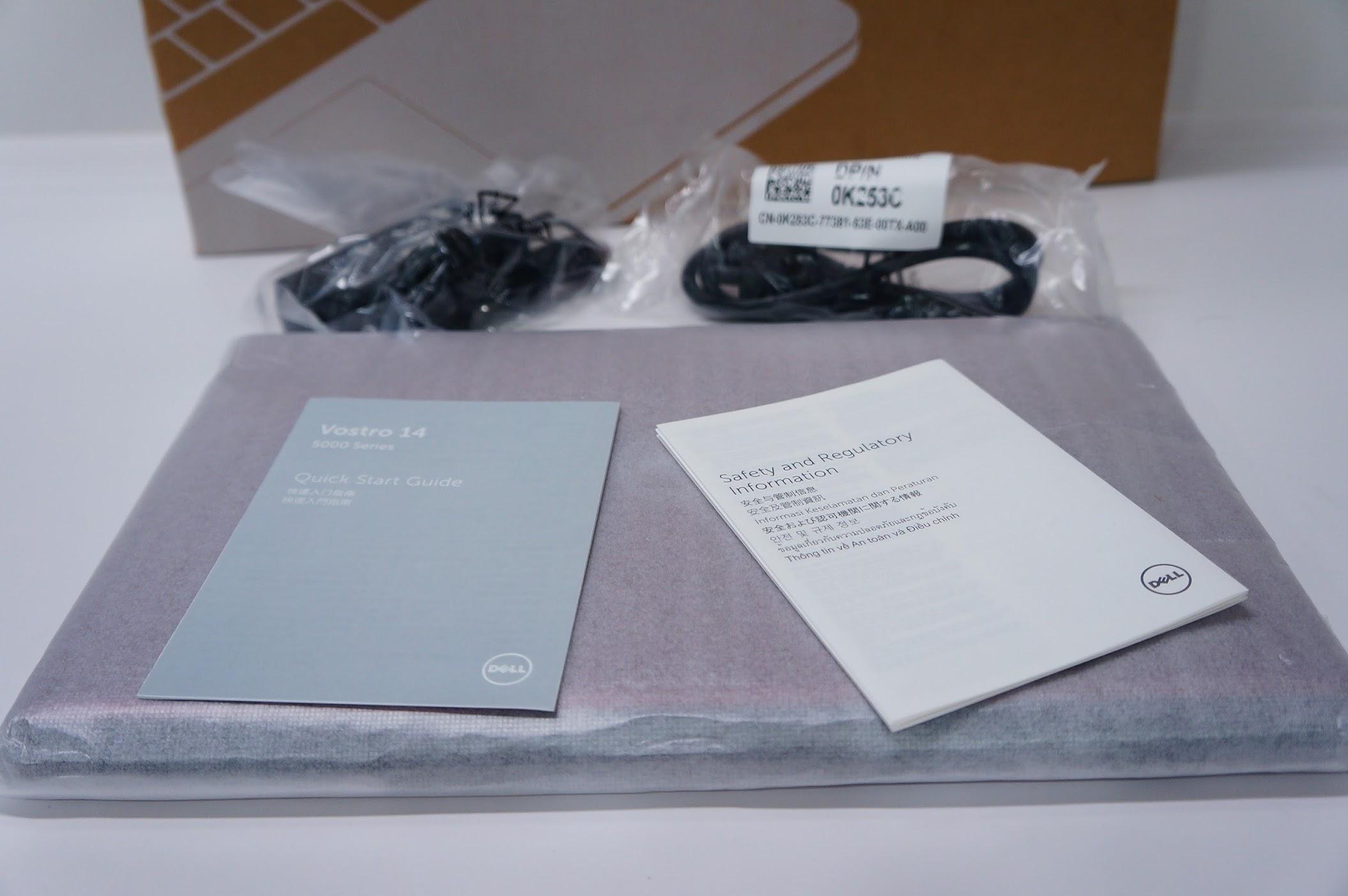 內容物很簡單,主體、變壓器、二張薄薄說明書,沒了...我還記得以前買NB,還有袋子、滑鼠、一堆光碟brabra,現在精簡到給你必要的,其他自行採購XD