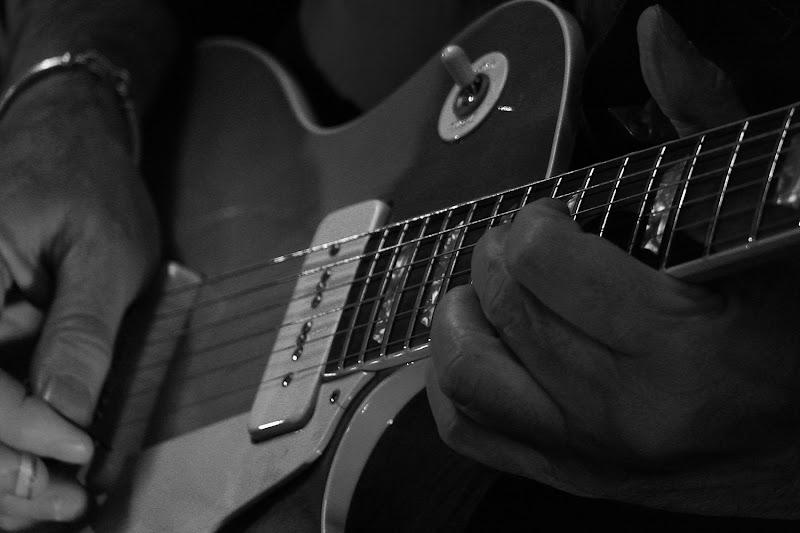 Pensavo è bello che dove finiscono le mie dita, debba in qualche modo incominciare una chitarra. (Amico fragile) di Sergio Catitti