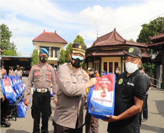 Polres Ponorogo Salurkan Paket Sembako Kepada Jukir Dan Pedagang