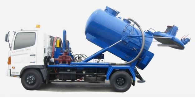 Xe bồn chở chất thải sau khi hút hầm cầu