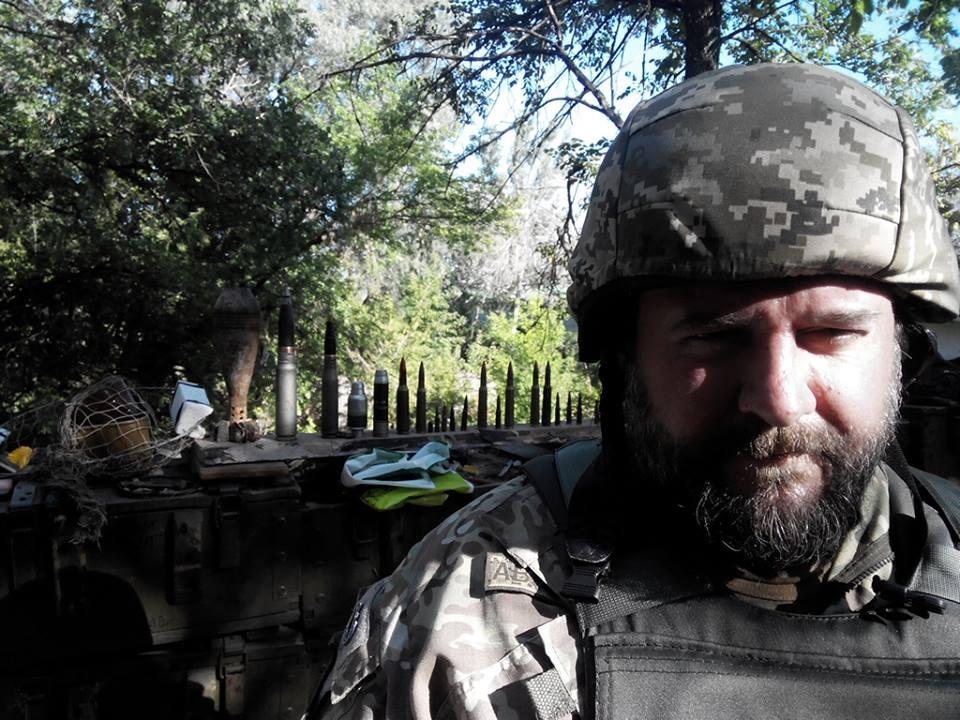 Костянтин Холодов говорить, що не носить зброю навіть для самозахисту. «Поруч зі мною друзі, які мають зброю. Вони і є моїм захистом», – каже він