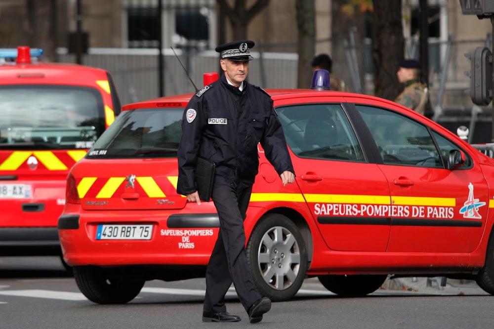Vier polisie is in die hoofkwartier van Parys doodgeskok