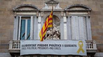 Pancartas en la fachada de la Generalitat.