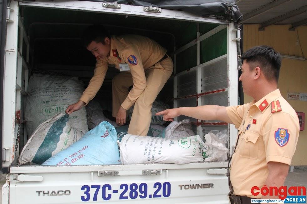 Tổ Công tác Đội CSGT-TT Công an TP Vinh kiểm tra số thực phẩm bẩn vừa thu giữ