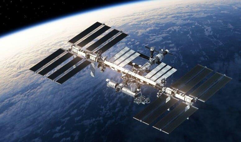 Imagen de la Estación Espacial Internacional con la tierra de fondo,