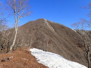 多志田山から山頂を望む(残雪は少なく)