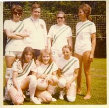 Photo: Serve'68 - 1970 Coevorden st. vlnr. Ria Looyen -Scheidsrechter ?? - Addy v Dalen -Jap Tuiten -  voorste rij Wilma v/d Velden - Wil Ekelmans - Conny  v/d Giessen