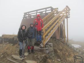 Photo: 07.Na szczycie Wielkiej Raczy (Veľká Rača, 1236 m) jesteśmy pro forma, bo widoków nie ma, a zimna mgła i wiatr nie zachęcają do dłuższego postoju.