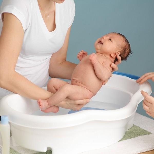 Jak często kąpać noworodka? W czym i jakiej termperaturze wody? Jaki płyn do kąpieli niemowlaka?