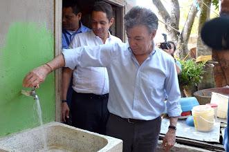 Photo: El Presidente Juan Manuel Santos, en compañía del Ministro Vargas Lleras, visitó cuatro de las 136 primeras viviendas intervenidas con el programa de conexiones intradomiciliarias. Abrió una de las llaves (plumas) y constató calidad de las obras.