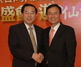 Photo: 志洋旅行社董事長蕭志洋與煙台市旅遊局局長張叢(左)合影