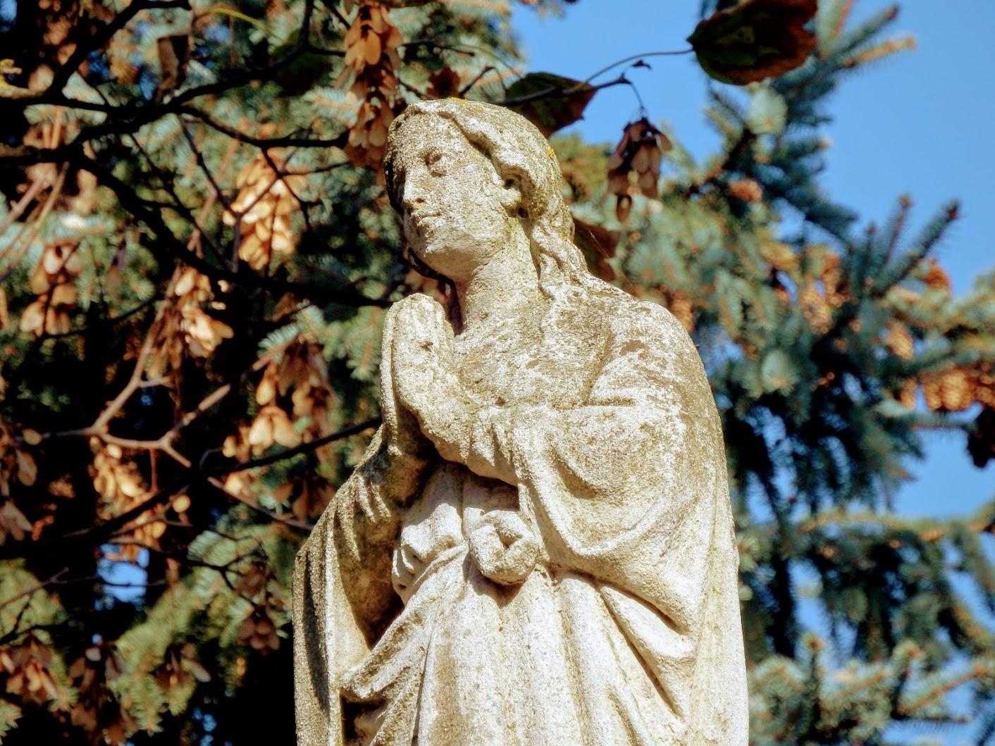 Bük - Maria Immaculata-szobor a templomkertben