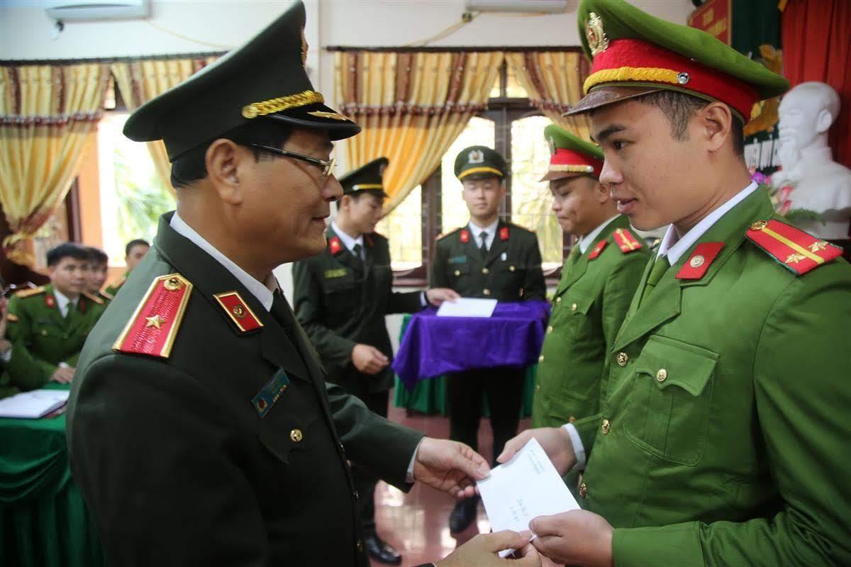 Thiếu tướng Nguyễn Hữu Cầu, Giám đốc Công an tỉnh tặng quà cho CBCS có hoàn cảnh khó khăn đang công tác tại Công an huyện Quỳ Châu
