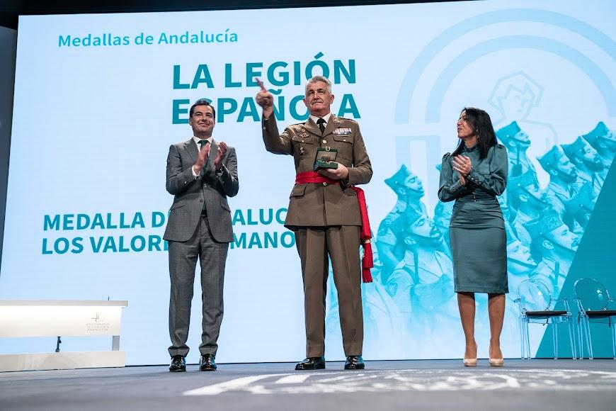 La legión recoge su medalla.