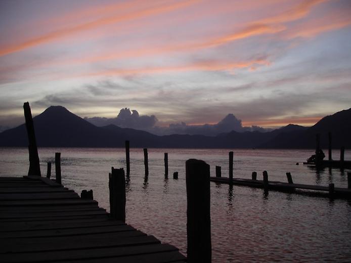 Photo: Озеро Атитлан достаточно большое, оно  окружено тремя вулканами Атитлан, Сан-Педро и вулкан Толиман.