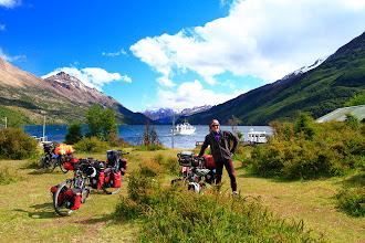 Photo: Nous venons de débarquer du traversier et nous camperons ici avant de faire le fameux sentier qui nous amènera au Chili. Toute une aventure à venir!
