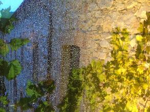 Photo: Pluie sur les parois de la passerelle