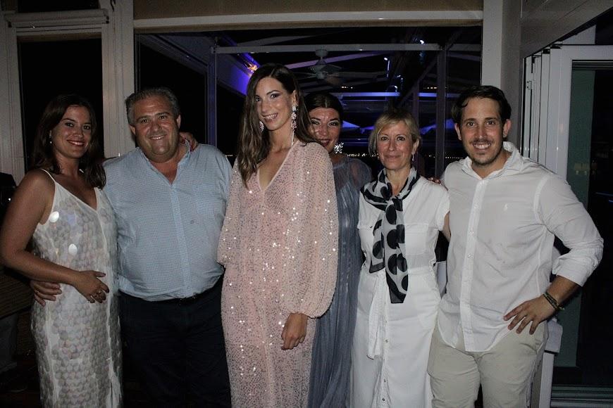 Jara y su madre, Gloria, junto a los propietarios de Maracas Almerimar.