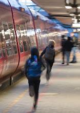 """Photo: 2. plads december 2018, foto: Hans-Carl Nielsen. Tema: """"Bevægelse på station"""""""