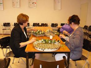 Photo: Voor de dienst worden de corsages gemaakt.