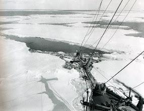 Photo: El Endurance cortando y atravesando una placa de hielo