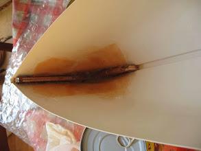 Photo: membrure bois ajustée à l'étrave dans bain de résine + tissu de verre