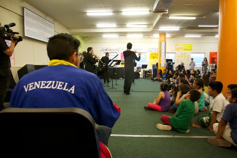 Durante la presentación del Quinteto Arcadia la mayoría de los niños observaban detenidamente los instrumentos de los músicos, mientras que sus familiares registraban con sus cámaras la muestra presentada y las expresiones de los niños.