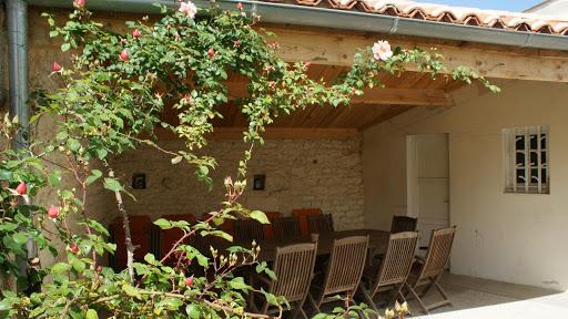 la-fermette-gite-3-etoiles-pour-10-a-12-personnes-les-grandes-chaumes-17700-surgeres-patio.jpg